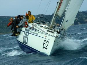 Training zum Nasswerden - bei kühlem Südost und Regenspritzern tunen die Crews sich und die Boote